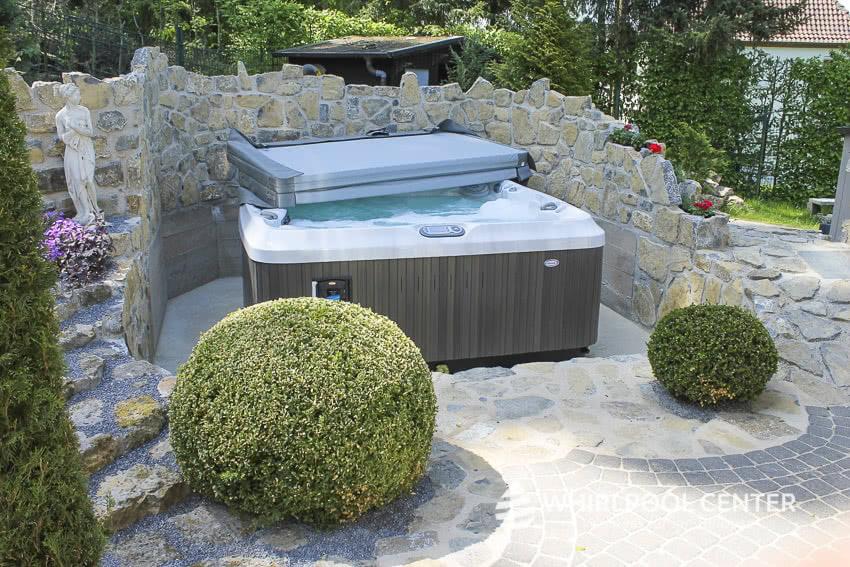 Outdoor Whirlpool mit Abdeckung im Garten