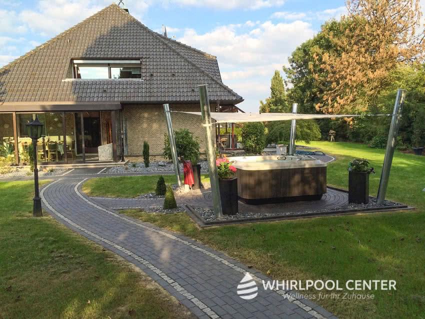 Outdoor Whirlpool im Garten mit Bedachung