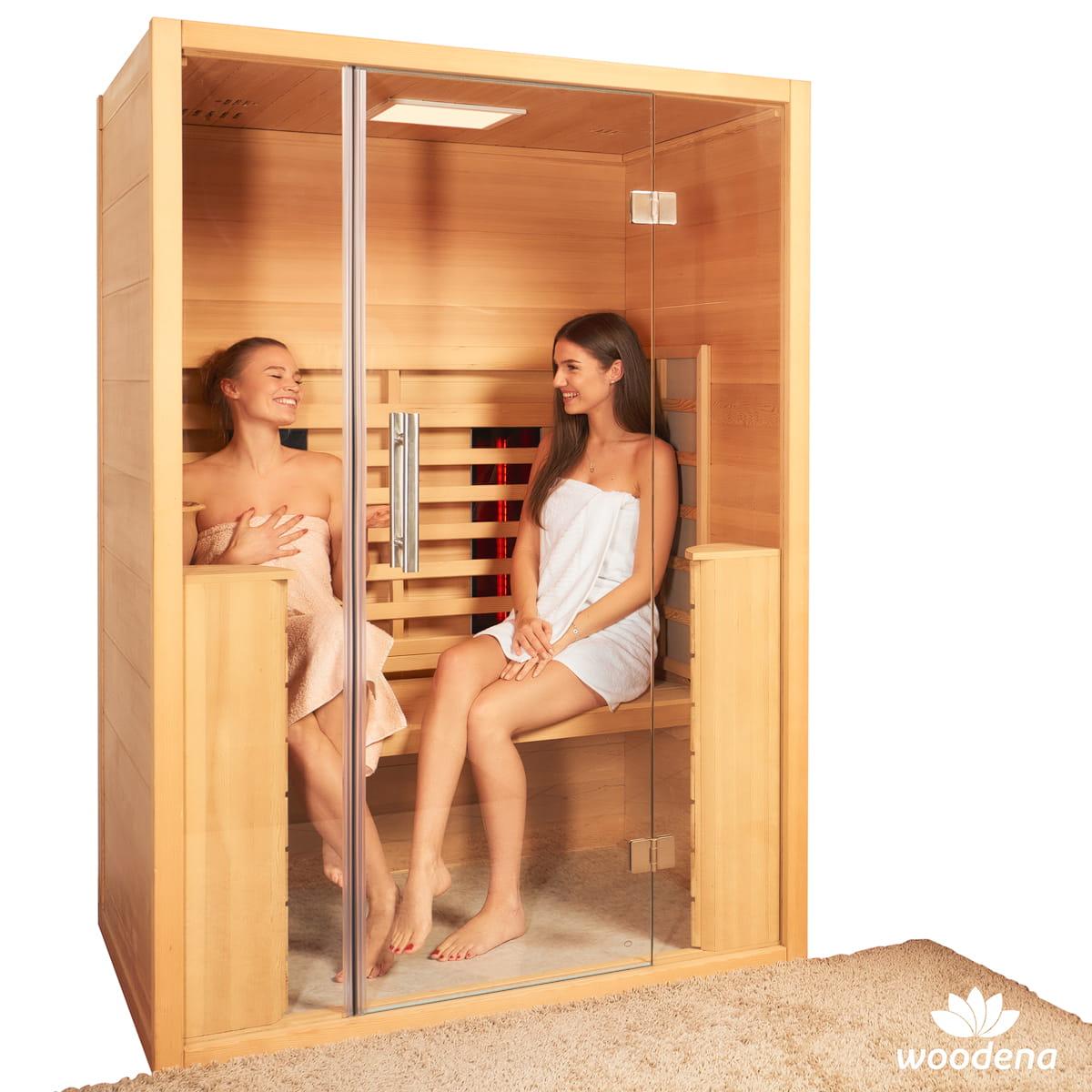 whirlpool-center-infrarotkabinen-woodena-sana-sense-2-model-mood-inside-smile