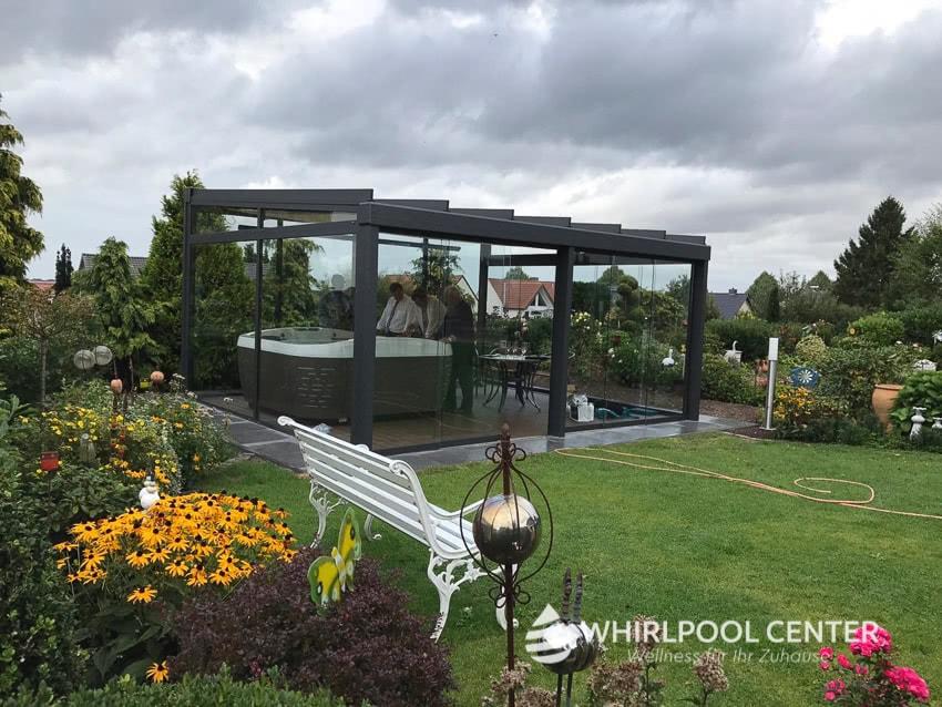 Whirlpool im Garten im Glas-Wintergarten