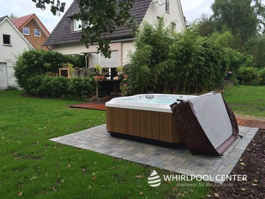 Outdoor Whirlpool im Garten abgedeckt